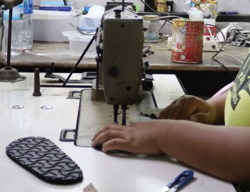 ขั้นตอนการเย็บในการผลิตรองเท้า
